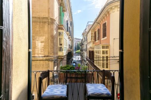 Balcón mallorquín von vistas a la calle