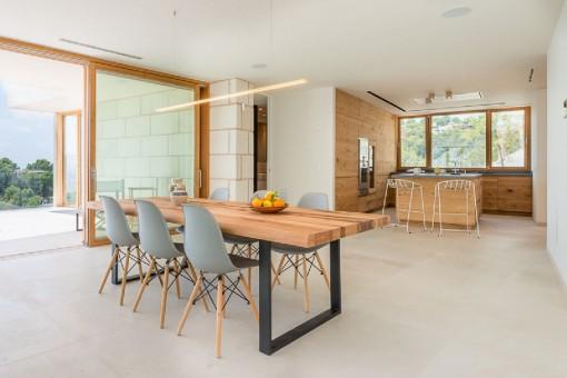 Comedor espacioso con acceso a la terraza