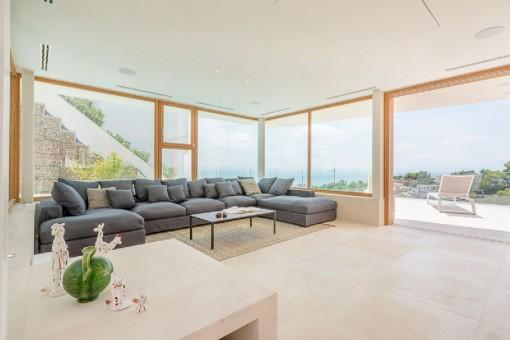 Sala de estar con ventana panorámicas