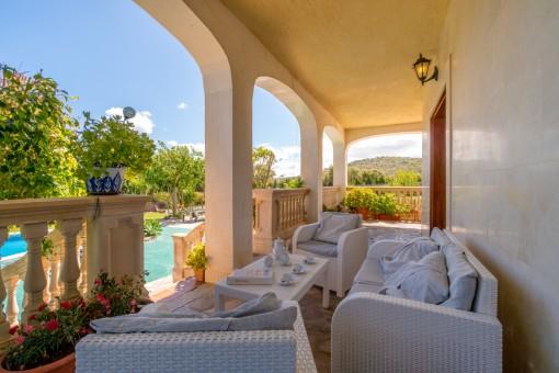Hermosa terraza con acceso a la piscina