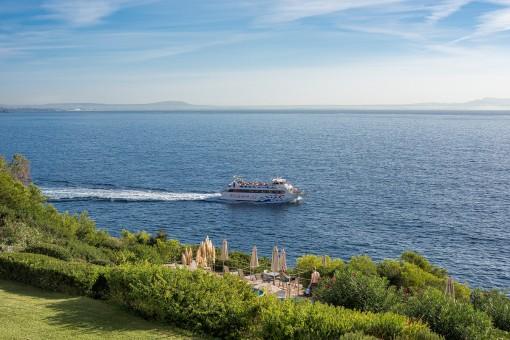 Apartamento lleno de luz con una amplia terraza y vistas panorámicas en primera línea de mar y en un ubicación excelente en Cala Vinyas