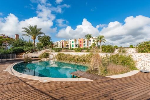 Hermosa área exterior con piscina