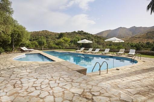 Hermosa área de piscina con vistas a la montaña