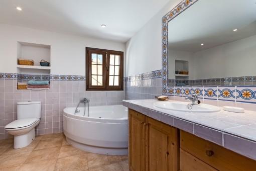 Baño con beñera y luz natural