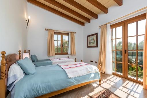 Segundo dormitorio con vigas de madera