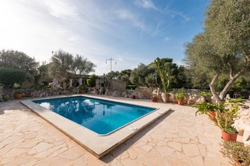 Hermosa área de piscina rodeada de un muro de piedra