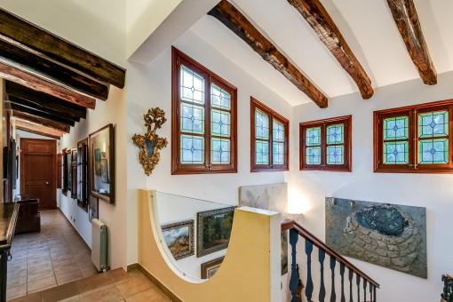 Escalera y galería de la casa