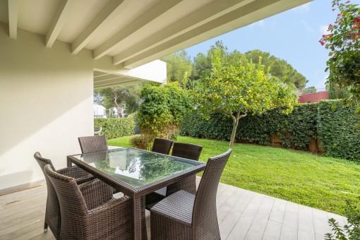 Terraza cubierta con jardín