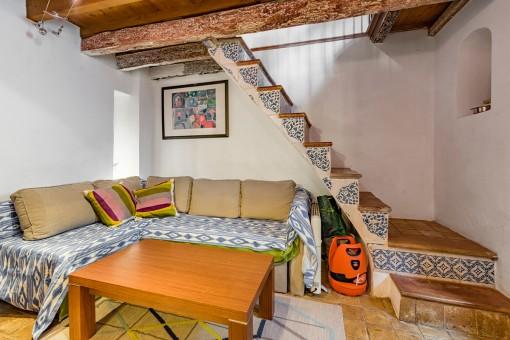 Cómoda área de estar con escalera al piso superior