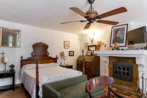 Agradable dormitorio con chimenea
