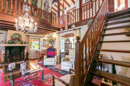 Sala de estar con escalera al piso superior