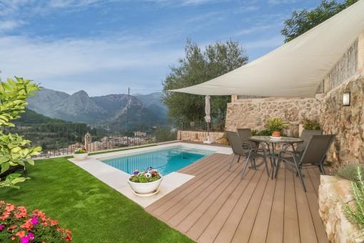 Espaciosa terraza con piscina y comedor