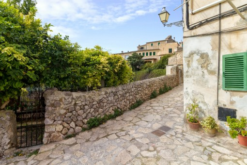 Calle con muro de piedra