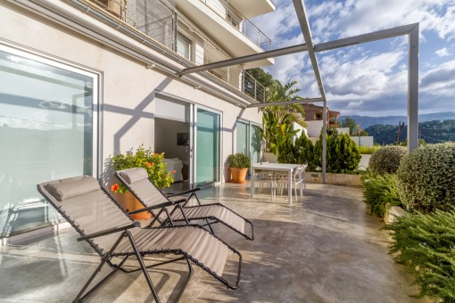 Fantástica terraza soleada con hamacas