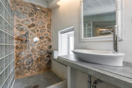 Hermoso baño con ducha