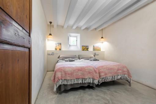 Otro dormitorio con cama matrimonial