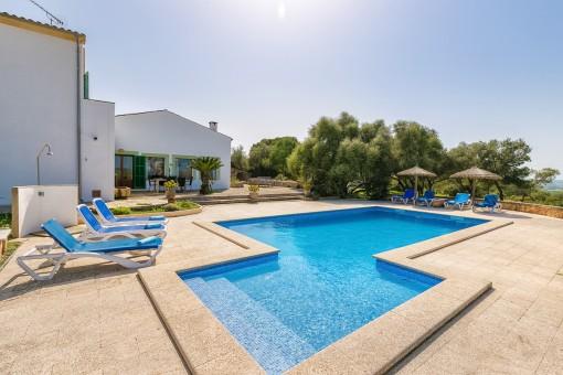 Hermosa área de piscina con hamacas