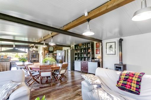Otra sala de estar con chimenea