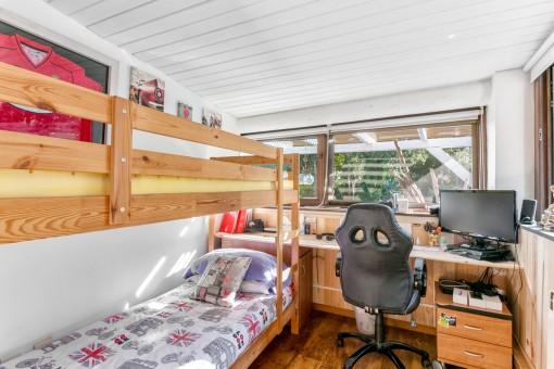 Otro dormitorio con cama alta