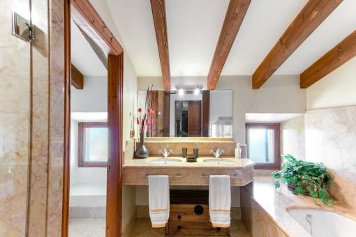 Encantador baño con lavabo doble