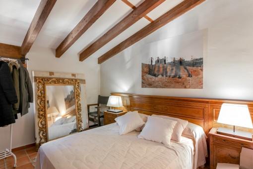 Otro dormitorio con vigas de madera
