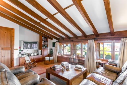 Otra área de estar con vigas de madera