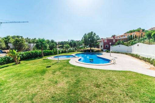 Jardín precioso con piscina