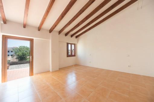 Espacioso dormitorio principal con acceso a la terraza