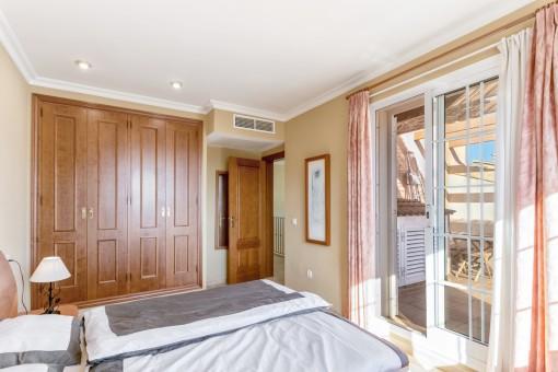 Dormitorio con acceso a otra terraza