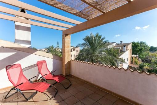 Adosado con varias terrazas y piscina comunitaria en Can Picafort