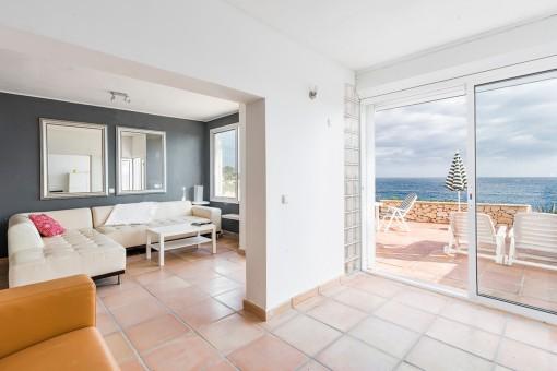 El área de estar ofrece un acceso a la terraza