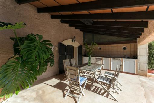 Terraza cubierta con cocina de verano