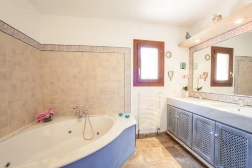 Espacioso baño principal con bañera