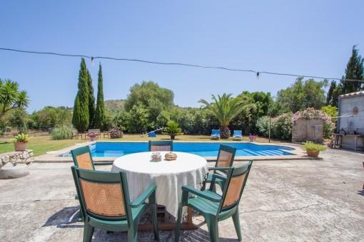Terraza soleada al lado de la piscina