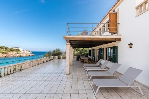Espaciosa terraza con hamacas