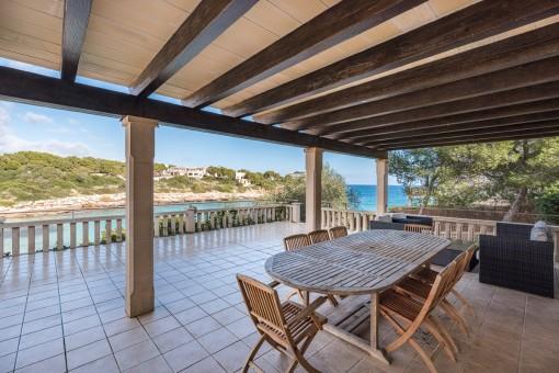 Preciosa terraza cubierta con comedor