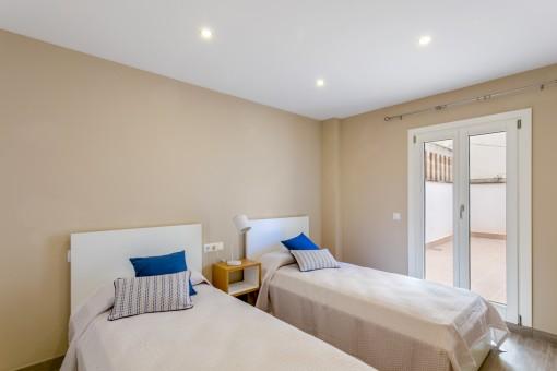 Otro dormitorio con 2 camas