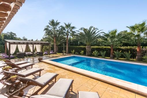 Espaciosa área de piscina soleada