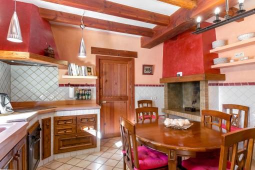 La cocina ofrece una chimenea