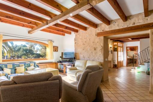 Área de estar con vigas de madera