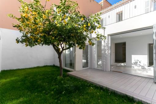 Hermoso jardín con terraza