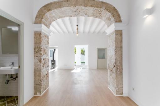 Acceso al salón espacioso y luminoso