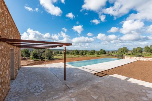 Hermosa terraza con área de piscina