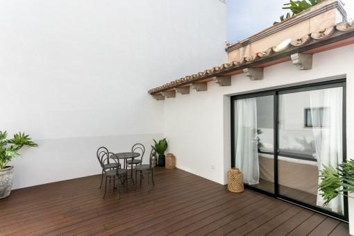 Espaciosa terraza con espacio para sentarse