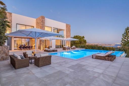 Magnífica área de piscina con zona de relax