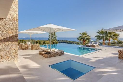 Maravillosa área de piscina con vistas al mar