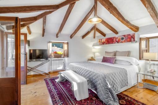 Dormitorio precioso con vigas de madera
