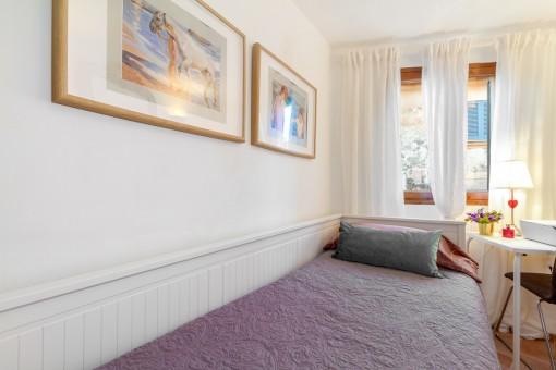 Dormitorio individual con luz natural