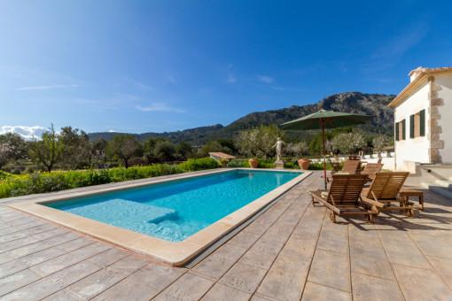 Ámplia área de piscina con hamacas