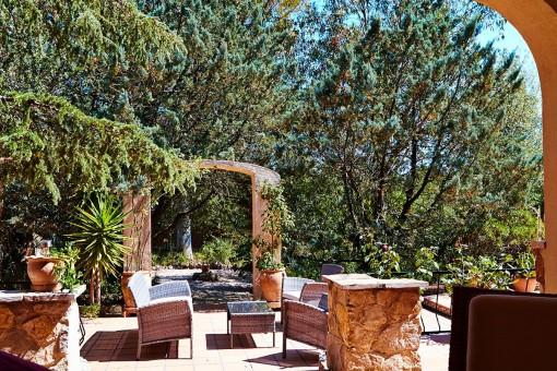 Terraza soleada con espacio para sentarse